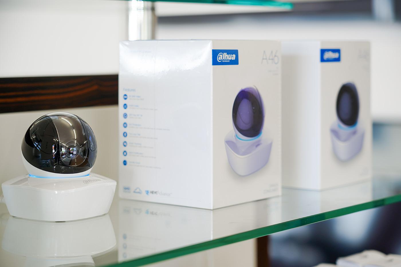 Überwachungskamera, diverse Modelle im Showroom auf Tablar