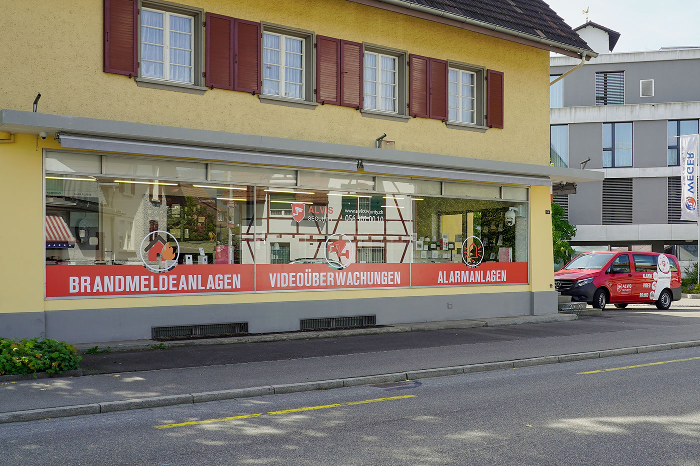 Ansicht vom Showroom der Firma ALVIS Security GmbH von der Strasse her